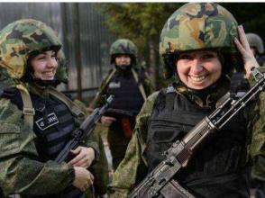 """用什麼保護戰場上女軍人?""""木蘭""""們或穿新裝"""