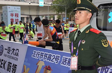 武警長春支隊全力護航長春國際馬拉松比賽