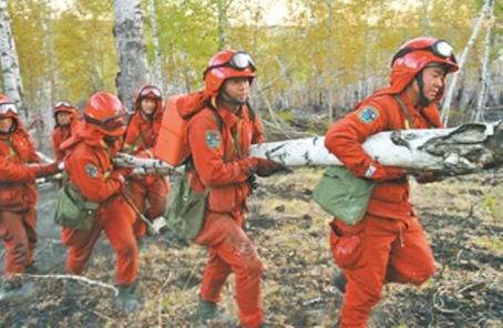 武警森林部隊出動直升機向火場縱深清理