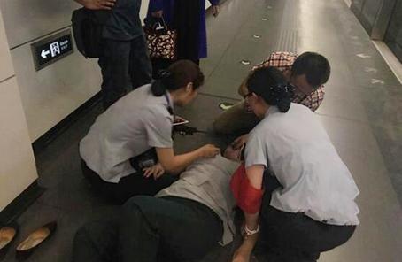 油筆施救 海軍總醫院醫生地鐵緊急處置癲癇發病乘客