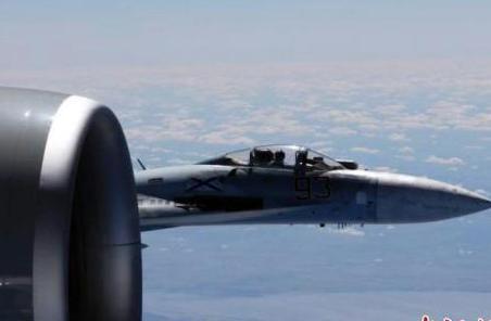 """美稱俄戰機""""危險""""攔截美偵察機 最近相距1.5米"""