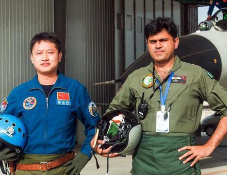 中巴空軍飛行員同乘對方戰機對抗訓練展現深度互信
