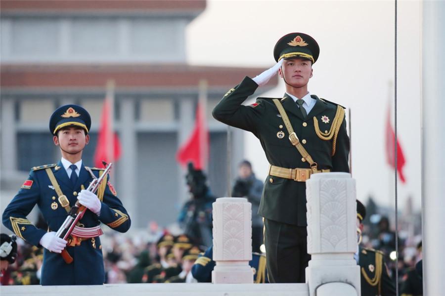 評論:解放軍擔負國旗護衛任務展示新氣象新風採